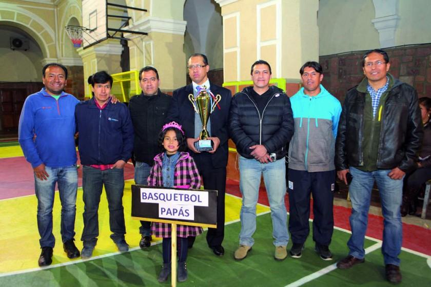El equipo de Papás que se coronó bicampeón en basquetol.