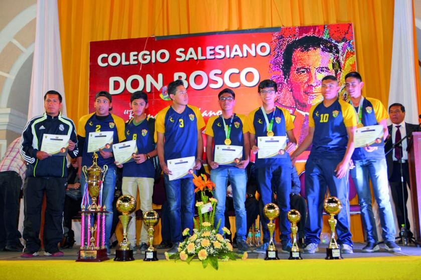 El equipo de fútbol de secundaria.