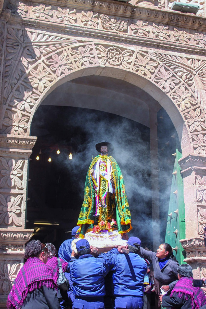 Imagen de San Bartolomé ingresando al templo de San Bernardo.