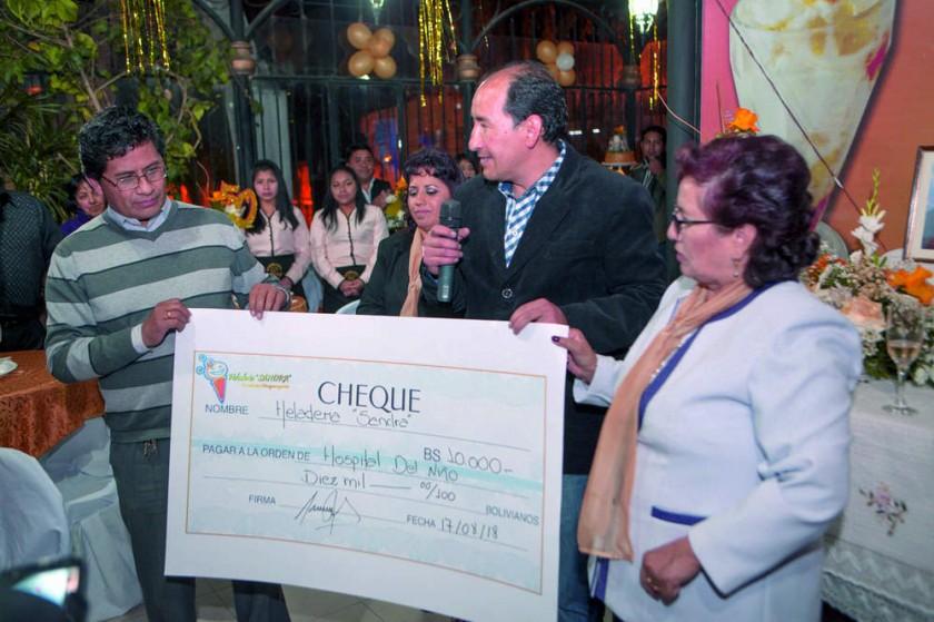 Heladería Sandra hace la entrega de Bs 10.000 al representante del Hospital del Niño, Edwin Zurita.