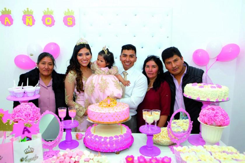 La cumpleañera junto con sus abuelitos: Rosalía Méndez, Betty Taboada y Adhemar Villarpando.