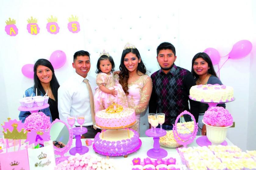 Jheny Cruz, los papás y la cumpleañera junto con Kevin y Jhandira Villarpando.