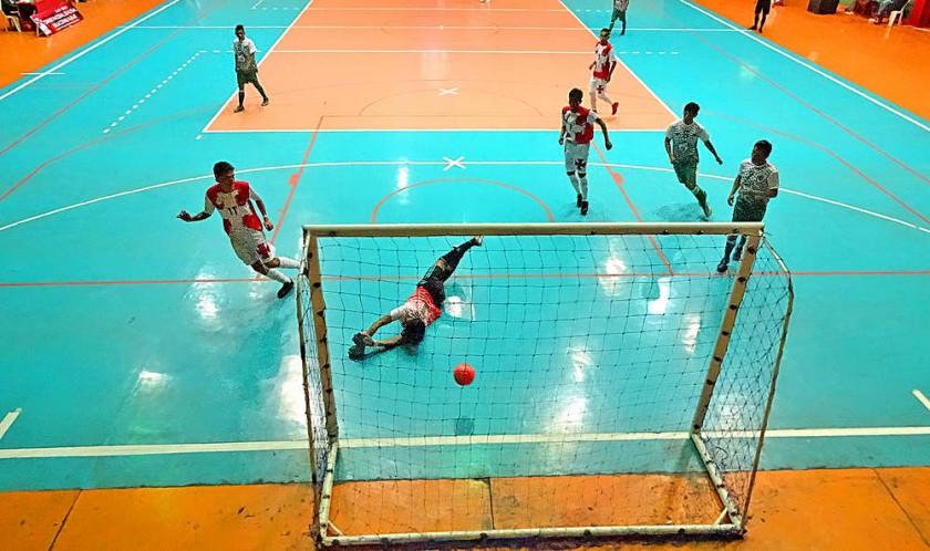 Ayer se inauguró el campeonato nacional en el coliseo JRA; abajo, un pasaje del triunfo de la selección anfitriona.