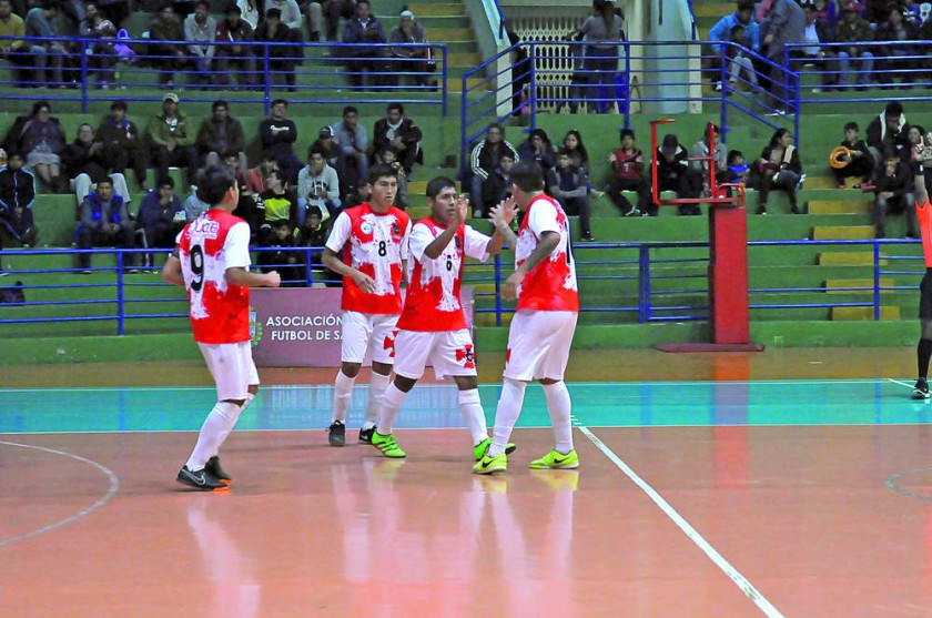 La selección chuquisaqueña festeja uno de los goles anotados anoche, en el triunfo sobre Tarija.