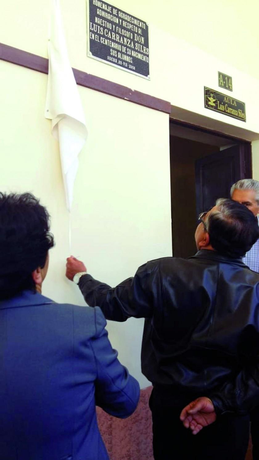 """Descubrimiento de la plaqueta """"Aula Luis Carranza"""", en la ex Escuela Nacional de Maestros """"Mariscal Sucre""""."""