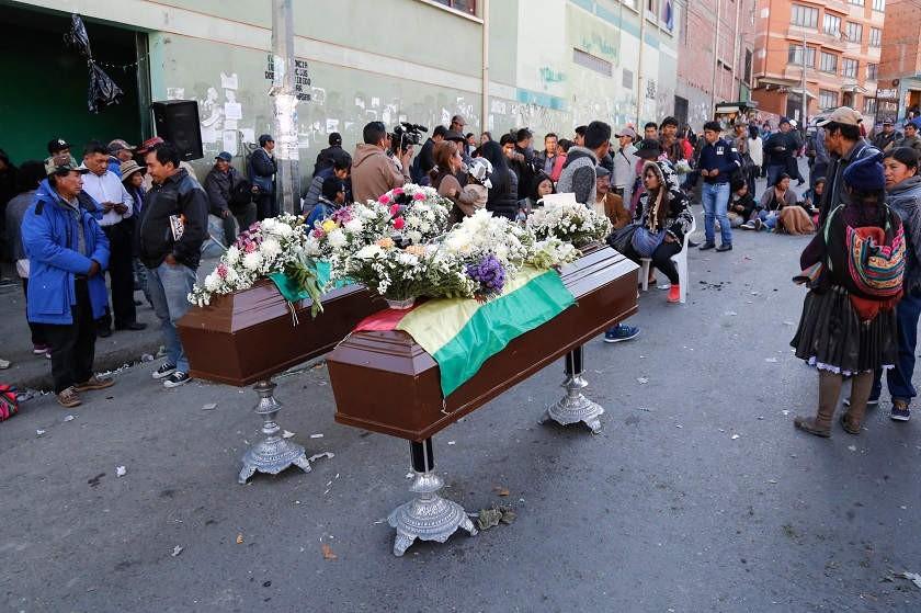 Los cuerpos son velados en la sede de Adepcoca. Foto: Marka Registrada