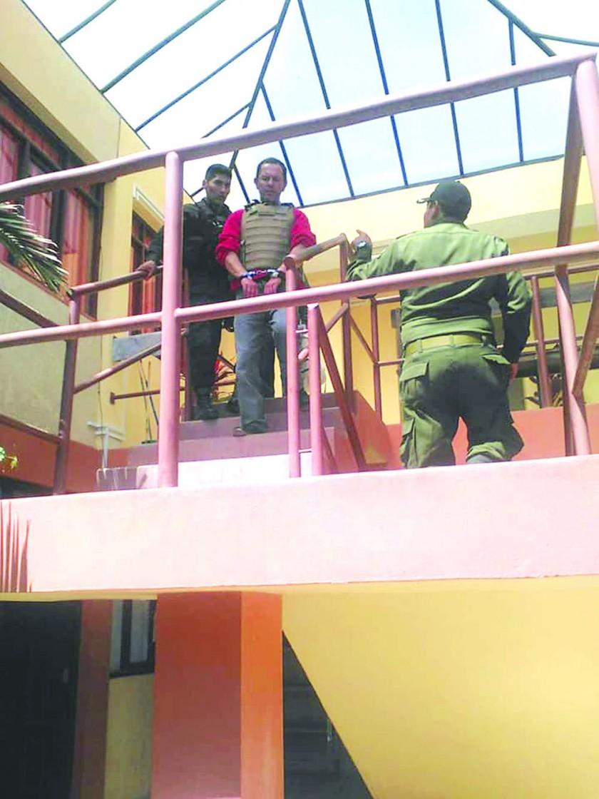El feminicida pasa a cárcel San Roque y sepultan a mujer