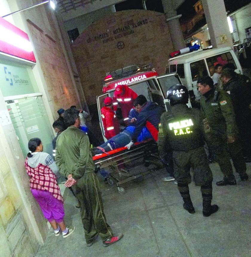 SUCRE. La llegada de los heridos evacuados desde Anfaya al hospital Santa Bárbara, anoche.