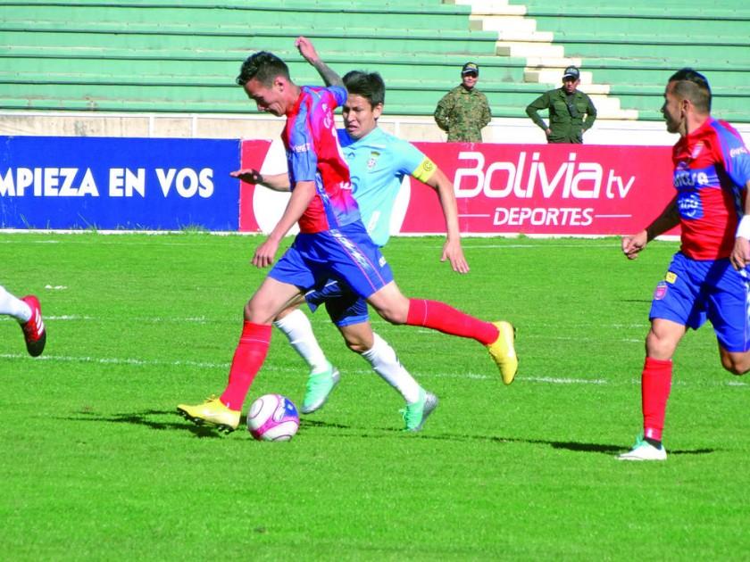Dustin Maldonado es presionado por Joselito Vaca.