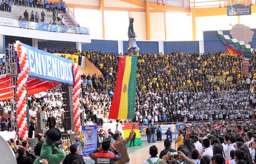 La bandera de Bolivia descendió del techo en plena ceremonia.