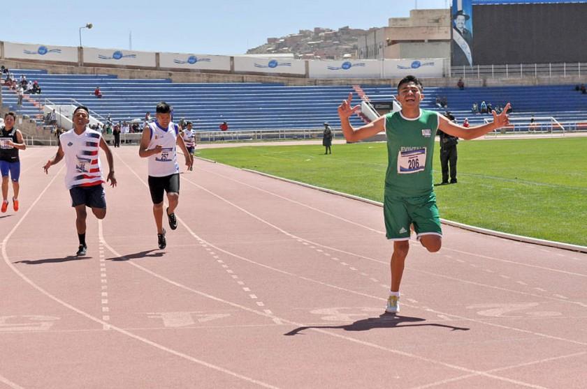 El camargueño Pedro Tarifa (d) levanta los brazos al cruzar la meta.