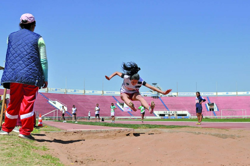 Dara Mogro de Sucre se coronó campeona departamental en salto largo.