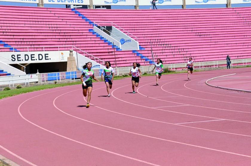La sauceña Claudia Irala (i) fue la más rápida de la prueba de 400 metros.