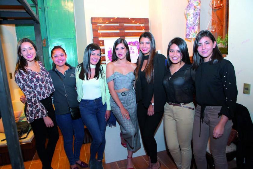 La propietaria Luciana Lazo junto con sus amigas.