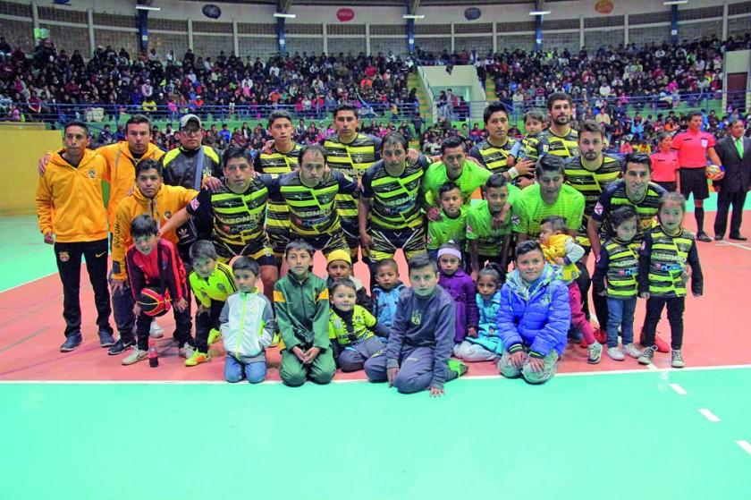 Aurinegros (arriba) y estudiantiles jugarán esta noche por la octava fecha de la Liga Nacional de Fútbol de Salón.