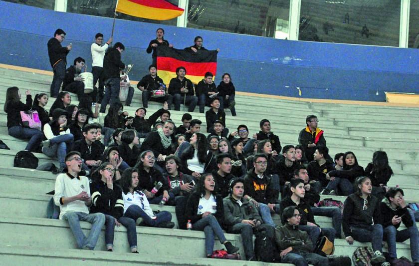 Los estudiantes del colegio María Auxiliadora y Boliviano Alemán, ambos de Sucre, motivaron desde las tribunas...