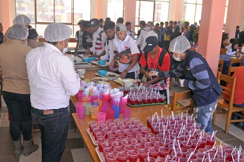 El comedor de la Villa Bolivariana recibe a centenares de estudiantes que participan en la fase departamental de los...