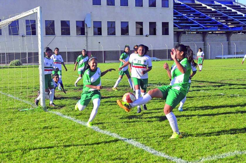 El onceno femenino de Lucio Siles de Monteagudo goleó al elenco del 14 de Enero de Presto, en el cierre de la fase...