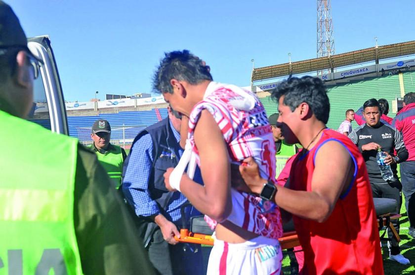 El defensor albirrojo Edgar Gutiérrez fue evacuado en ambulancia.