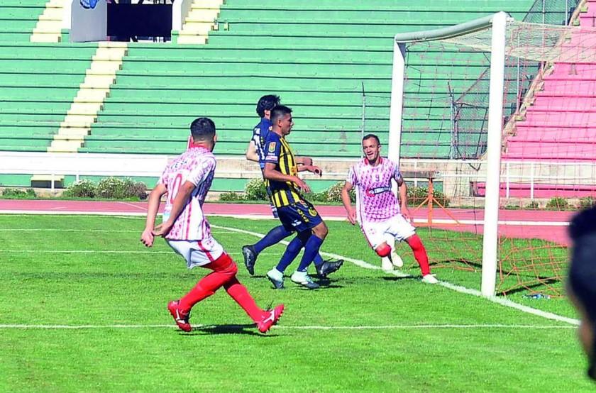 El paraguayo Juan Godoy (d) anotó un doblete para el triunfo capitalino.
