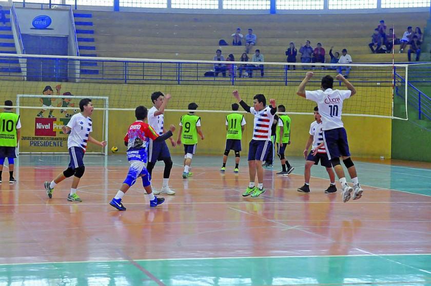 La eufórica celebración de los estudiantes del colegio Montessori de Sucre tras imponerse en la semifinal de voleibol...