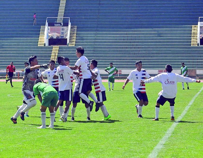 La celebración del colegio Zudáñez tras la semifinal ganada.