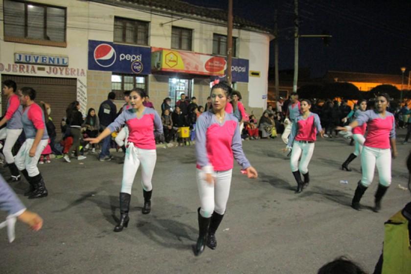DEMOSTRACIÓN. Los bailarines de la chacarera Flor de Lapacho durante su recorrido.