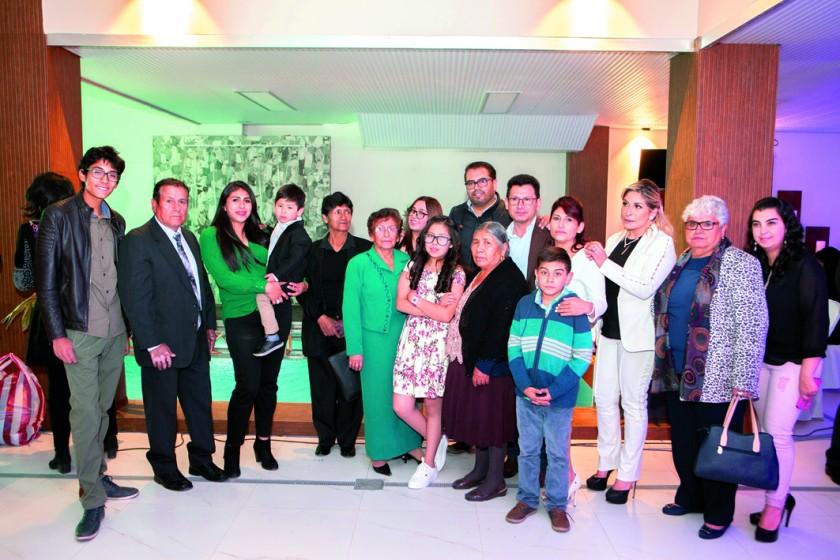 Antonieta Villarroel junto con su familia.