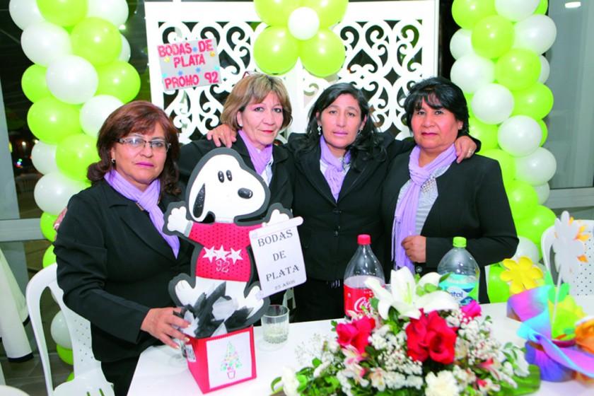 Agasajadas por sus Bodas de Plata 25 años de su promoción: Nelvy Saucedo, Gladys Vera, María Elena Oña y Lucia Yucra.