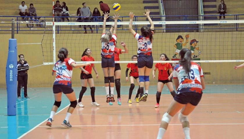 Un pasaje del partido jugado anoche entre Universitario de Sucre y Alemán de Oruro, por la segunda fecha del clasificato