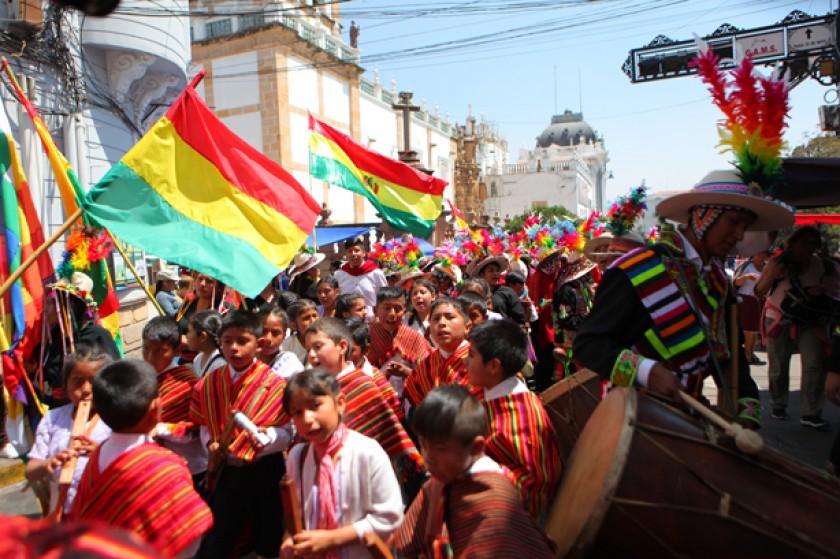 VENERACIÓN. Niños de la danza Q'arapanzas, en plena plaza 25 de Mayo para saludar a la Virgen de Guadalupe.