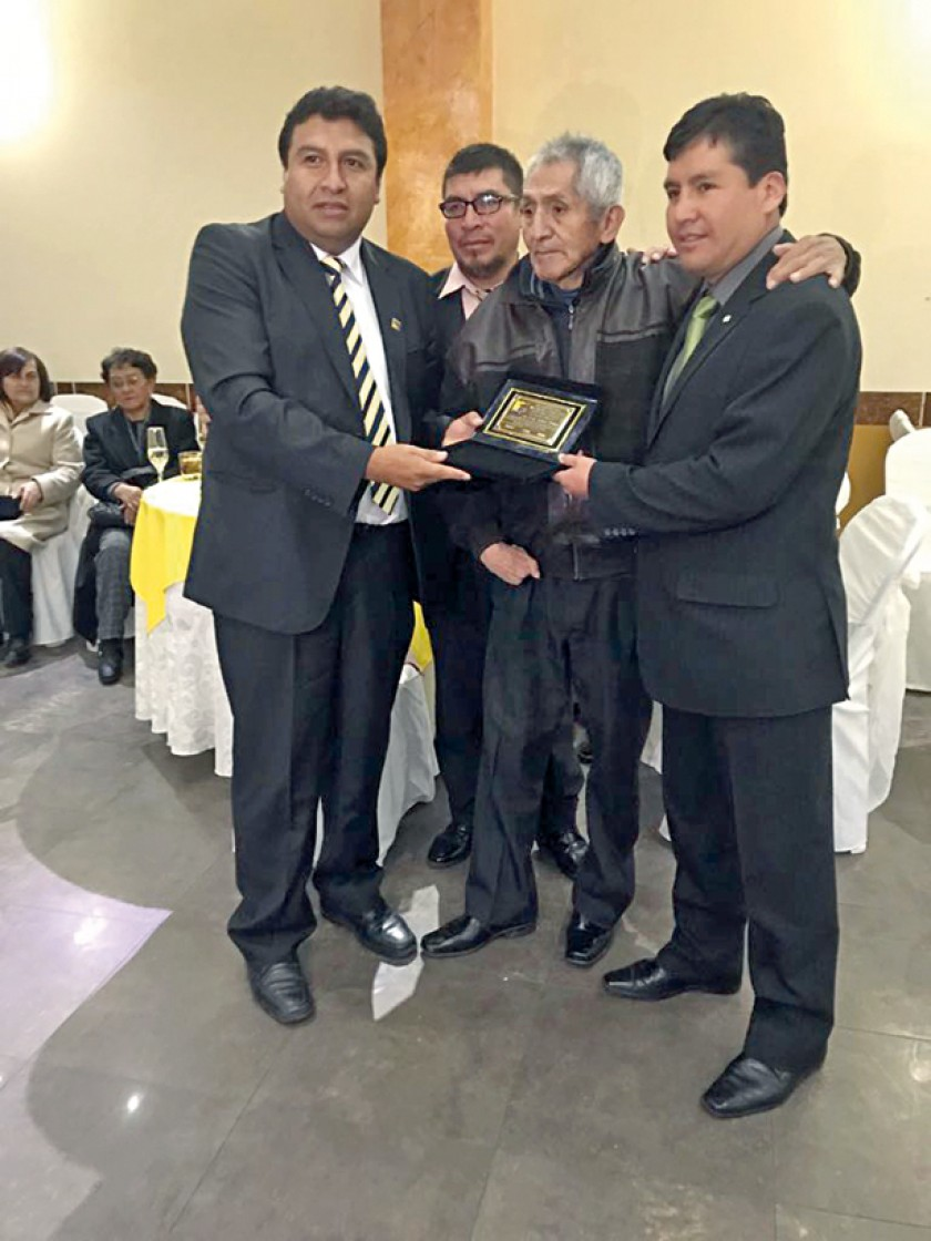Los ex estudiantes del Colegio Nacional Junín tras la final del campeonato relámpago, los premios y la distinción