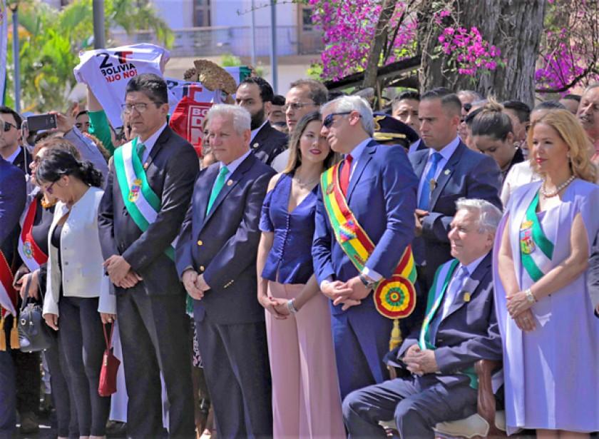 SANTA CRUZ. Autoridades nacionales y locales en el 208 aniversario.