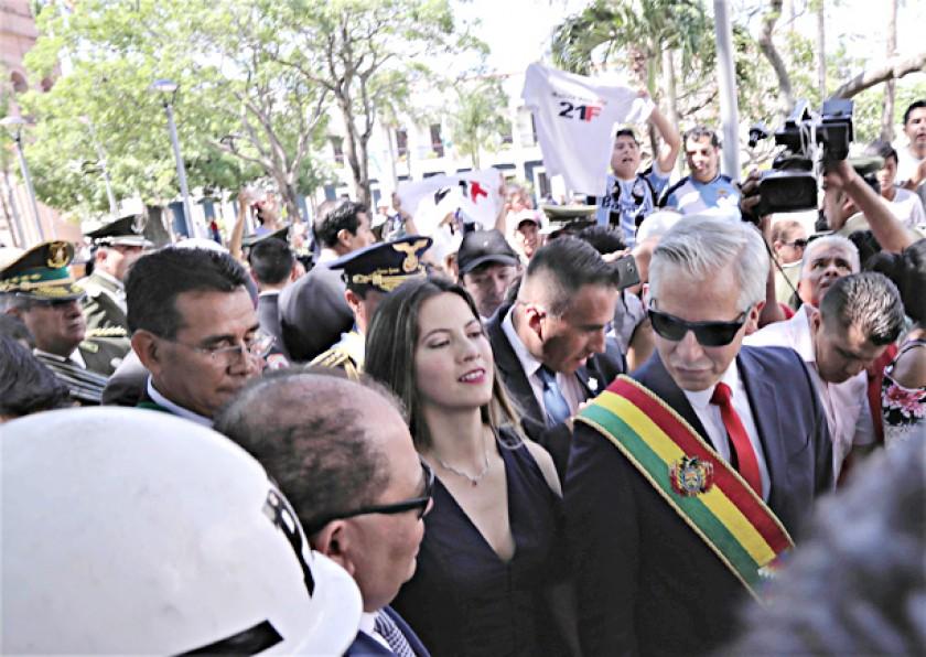 Protesta contra la reelección desluce el festejo cruceño