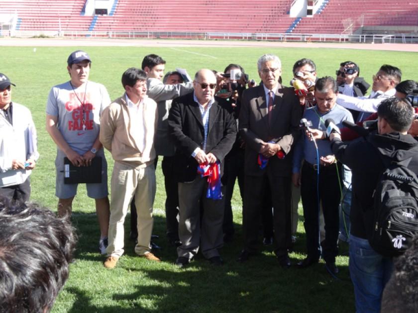 Los representantes del sector docente, Germán Gutiérrez (2d) y Jaime Oña (2i) renunciaron al directorio del club estudia