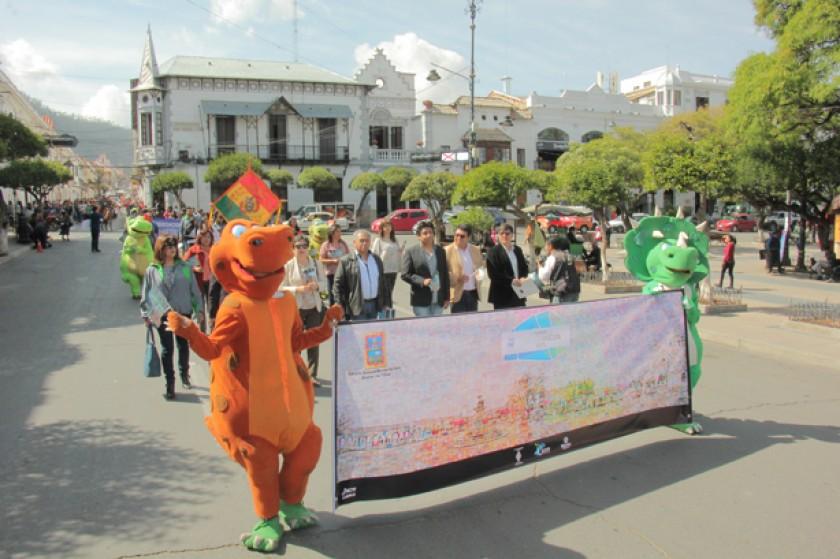 DESFILE. Autoridades de diferentes instancias de turismo encabezaron los festejos.