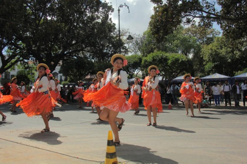 VISITA. Bailarinas de Tarija interpretaron la cueca chapaca.