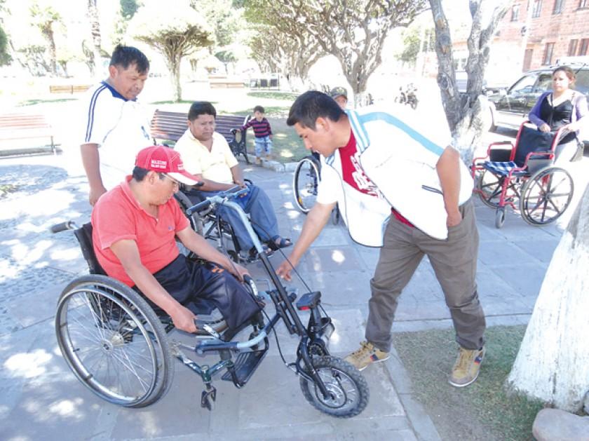 "Sucrense ofrece silla de ruedas ""todo terreno"" con motor de taladro"