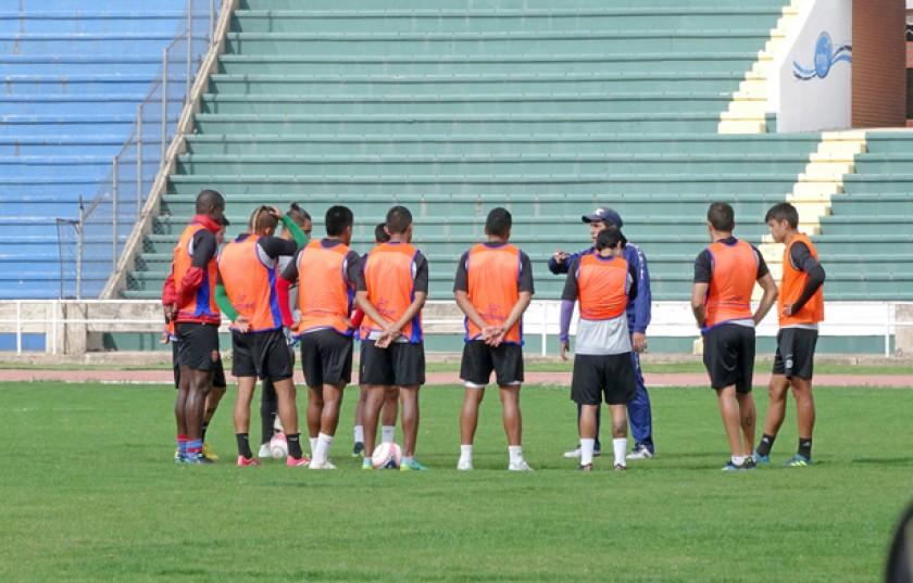 El DT Adrián Romero conversa con los integrantes del posible equipo titular ayer, en la práctica de fútbol.