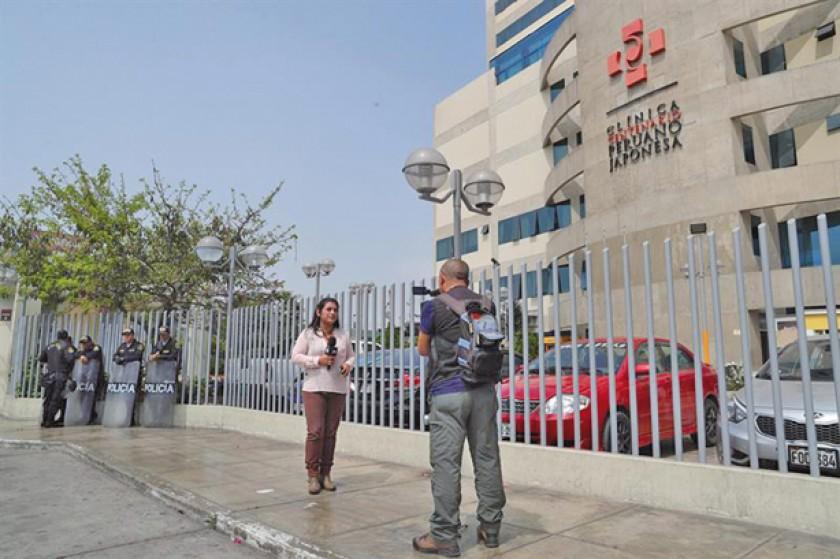 SALUD. Periodistas graban en el exterior de la clínica donde se encuentra internado Fujimori.