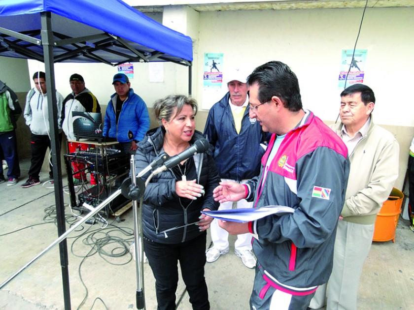 La presentación de los equipos, el reconocimiento póstumo a Carlos Garrón y un raquetista en plena competición.