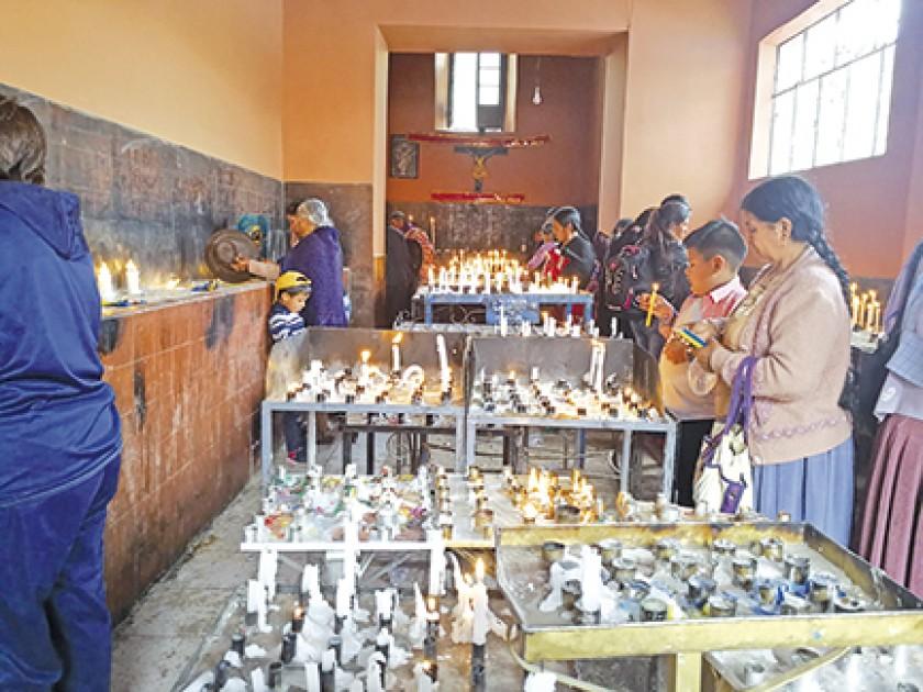 VELATORIO. Luego de visitar el templo, los feligreses dejan una o varias velas blancas y de colores.