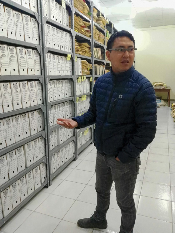 Félix Cepeda, encargado del Archivo Regional Potosí, muestra los fondos documentales.