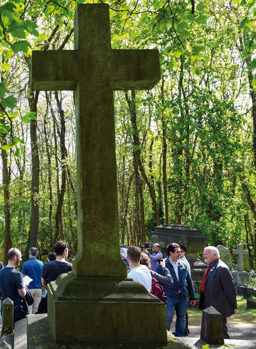 Vista de una cruz en el cementerio londinense de Highgate.