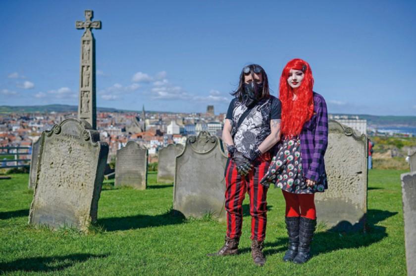 Personajes góticos posan para una fotografía en el cementerio de Whitby, North Yorkshire, noreste de Inglaterra, Gran Br