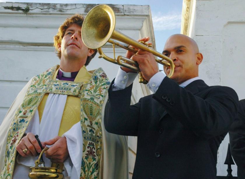 """El músico de jazz Irvin Mayfield (dcha.) toca su trompeta durante la bendición de """"Todos los santos"""" en el cementerio de"""