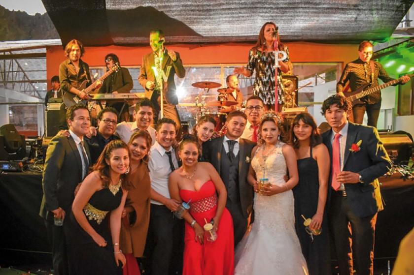 Los novios, con sus amigos, en el momento de la fiesta