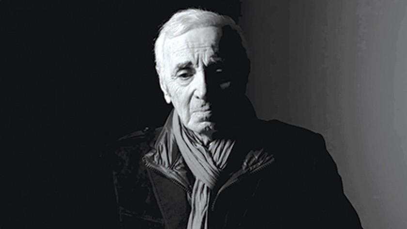 Tocando la rodilla de Aznavour