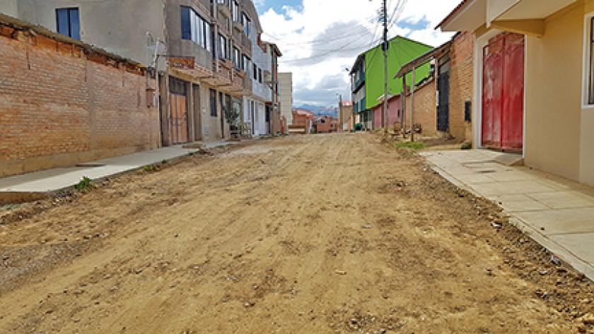 TRANSPORTE. Vecinos de la zona de Santo Domingo caminan varias cuadras para tomar micro.