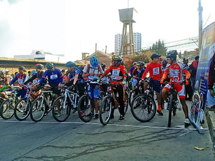 La partida y la premiación de la carrera ciclística de Aclo.